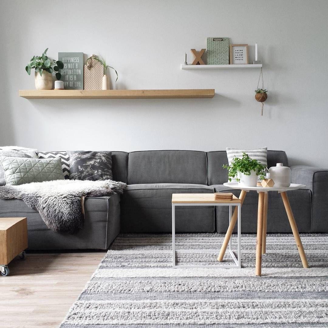 Livingroom inspo - grijze bank, gestreept vloerkleed, houten ...