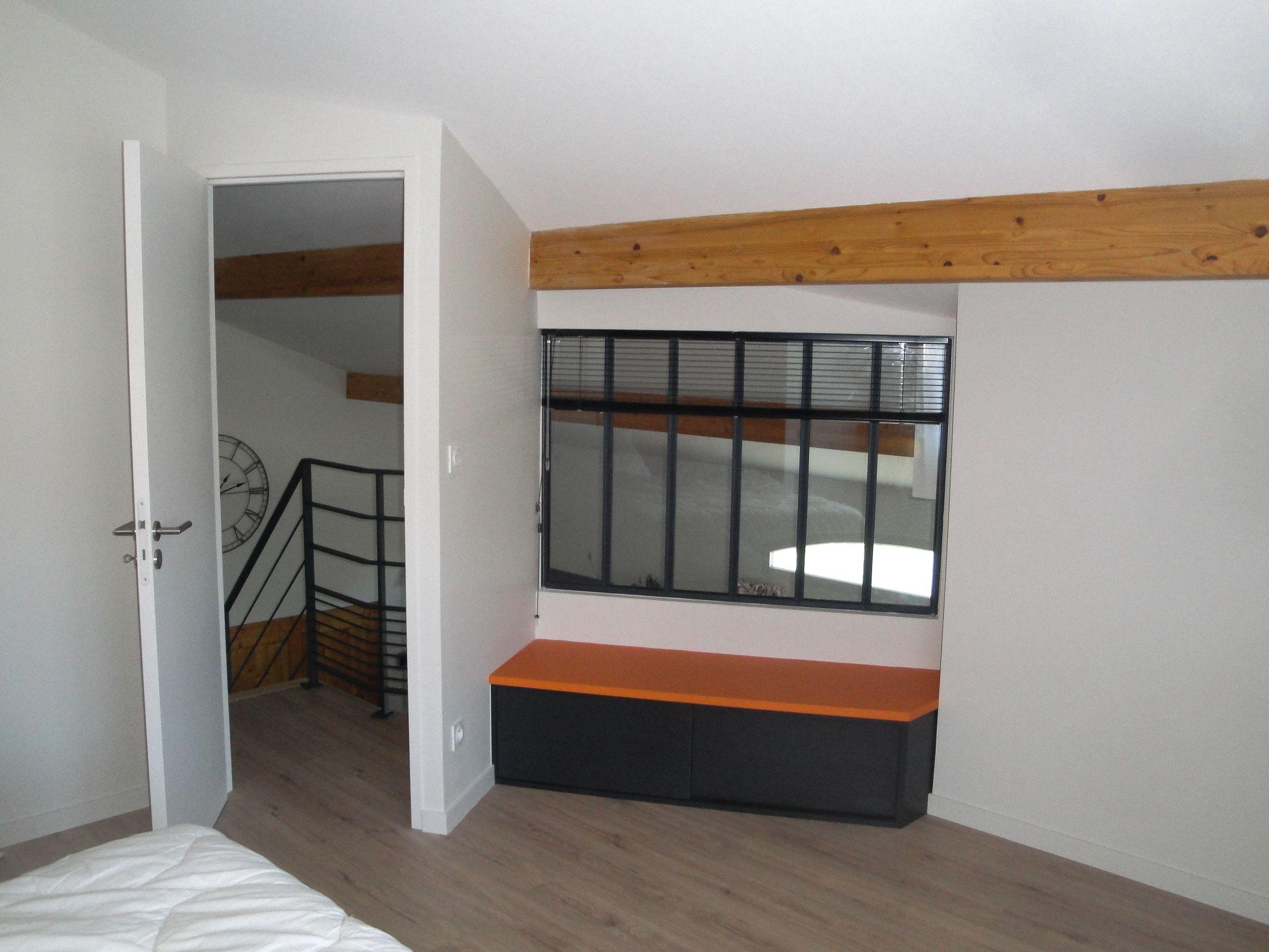 Fermeture dune mezzanine pour créer une chambre et un coin bureau