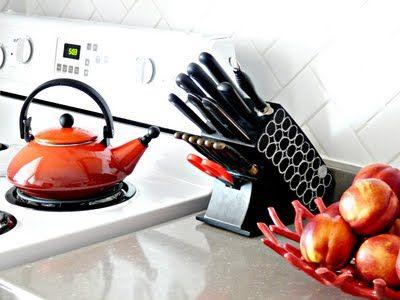 Tanyaz kitchen~  love the splash of redz