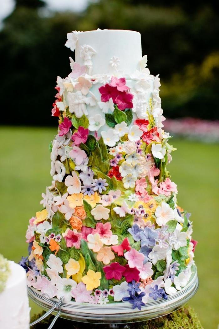 Turmformige Hochzeitstorte Fur Den Fruhling Bunt Verziert Mit Bluten
