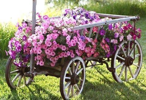 les vieilles charrettes d 39 antan fleurissent le jardin id es recyclage pinterest plus d. Black Bedroom Furniture Sets. Home Design Ideas