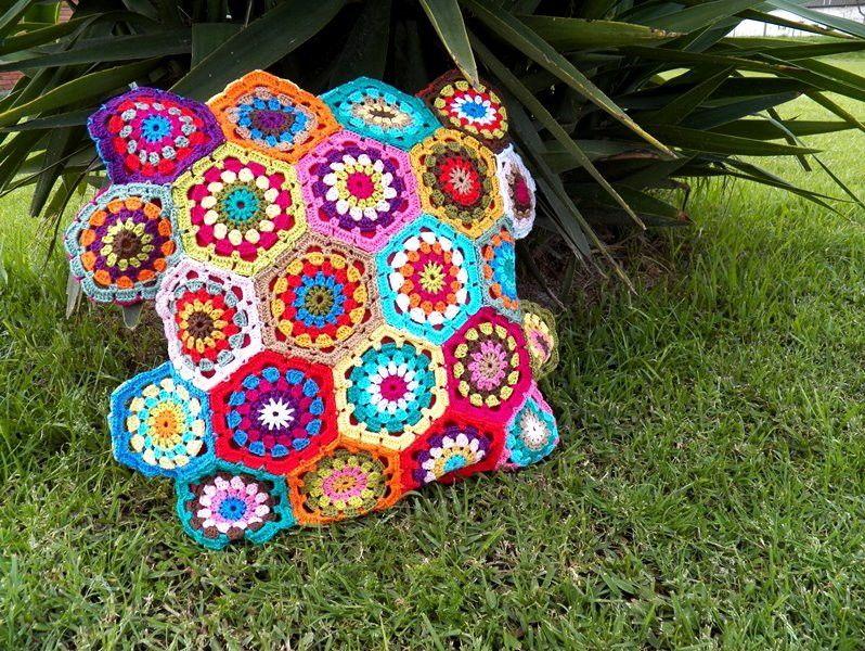 Almofada feita com linha de ótima qualidade com motivos de Hexágonos em crochet multicoloridos, linha antialérgica, não acompanha enchimento.