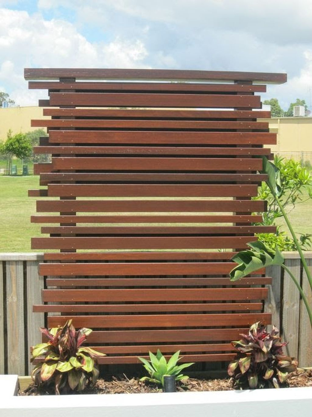Creative privacy fence ideas for gardens and backyards front