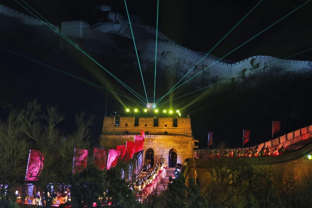 Laser Lights Shoot From A Tower During A New Year S Eve Count Down To 2014 Held At The Great Wall New Year S Eve Around The World Newyear New Year Celebration
