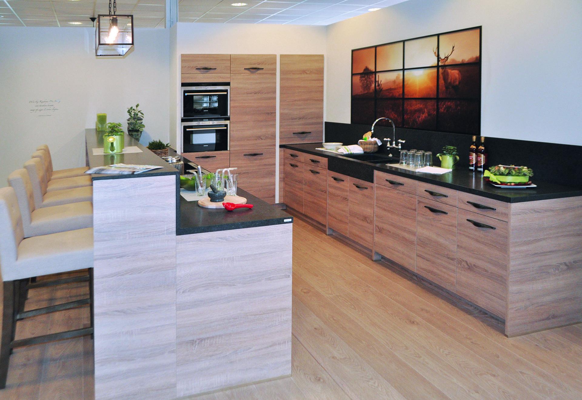 Landelijke keuken in laminaat met houtlook deze landelijke keuken