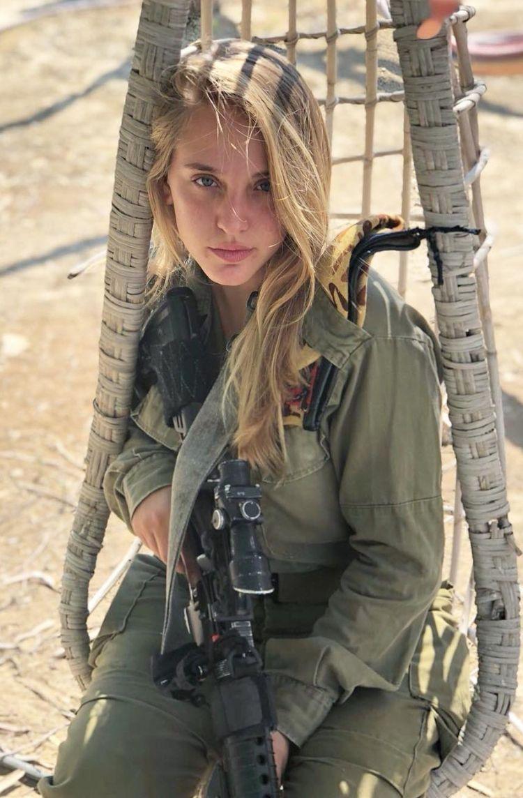 سرباز دختر با موی طلایی