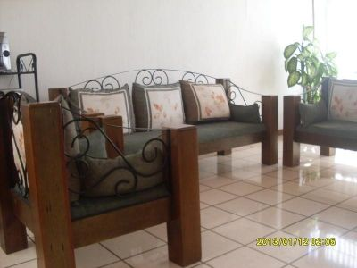 Vendo sala de madera con hierro forjado 3 sillones for Sillones de madera