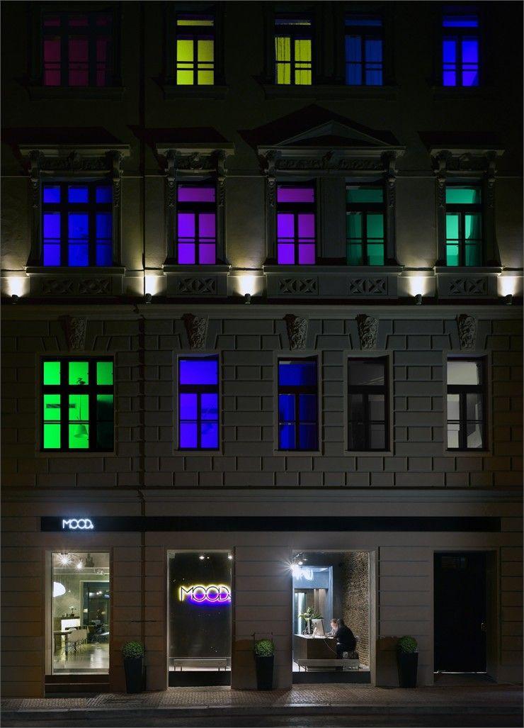 Praga ganhou novas cores com o projeto do escritórioRoman Vrtiskado boutique hotel Moods. Em 2011, o hotelfoi premiado no Top 10 dos hotéis mais modernos da Europa na escolha dos viajantes. O Mo…