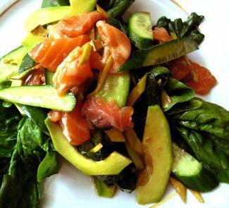 Салат из шпината, авокадо и слабосоленой семги