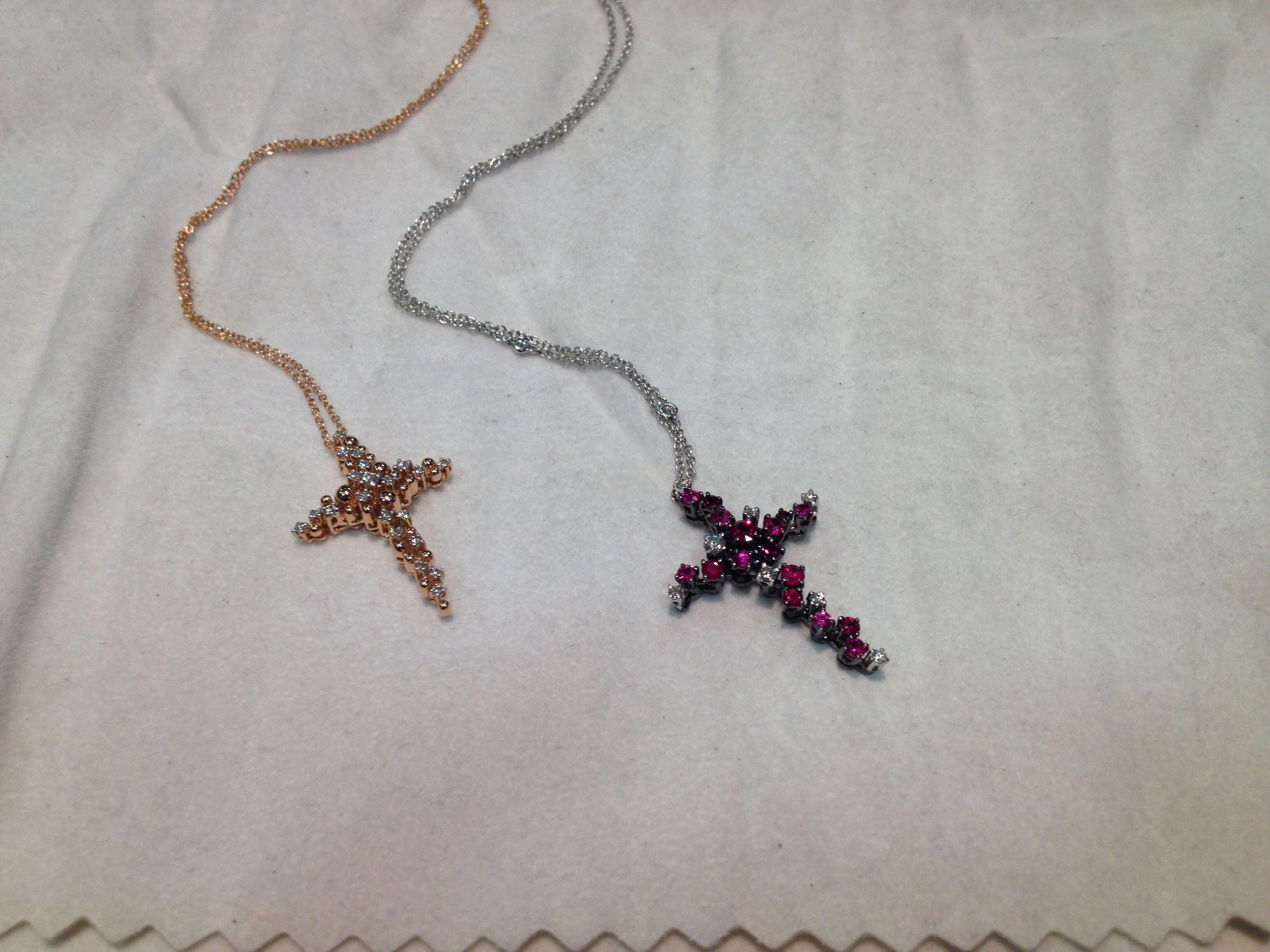 Croci oro bianco brunito, oro rosa, diamanti e rubini... Salvini