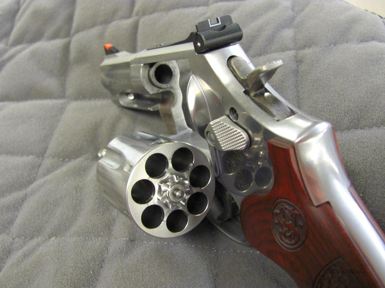 Smith & Wesson Model 686 Deluxe 3 inch 7 Shot 357 Mag T... | Hand ...