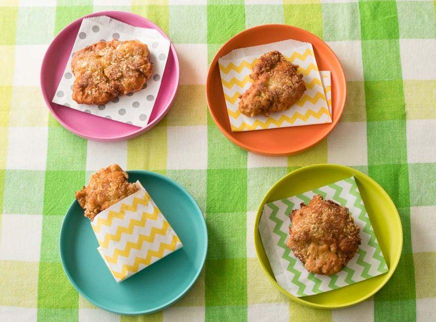 コンビニ風チキンを家で再現!コーンスープのもとを使ったら完コピできた  コンビニのレジ横にあって、ついつい手が伸びがちなチキン系のホットスナック。大人のつまみに、子どものおやつにと、大人気です。 そんなコンビニ風チキンの味を、家で再現してみませんか?  ブログが大人気で、ESSEでも連載中のおうち料理研究家・みきママさんがつくり方を教えてくれました。