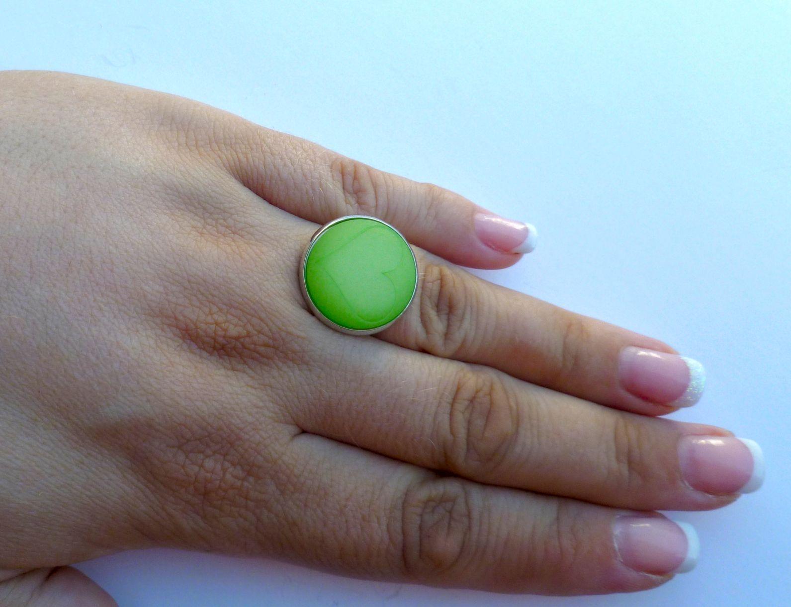 Ring Ø 20 mm mit einem Cabochon Polaris mit Herz in matt light peridot green. Der Ring ist aus versilbertem Metall und in der Größe verstellbar. Nickelfrei. Hand made. --------------------------------------------------------------------------------- Bitte Lieferzeit beachten! Wird erst bei der Bestellung gefertigt, daher längere Lieferzeit! ---------------------------------------------------------------------------------