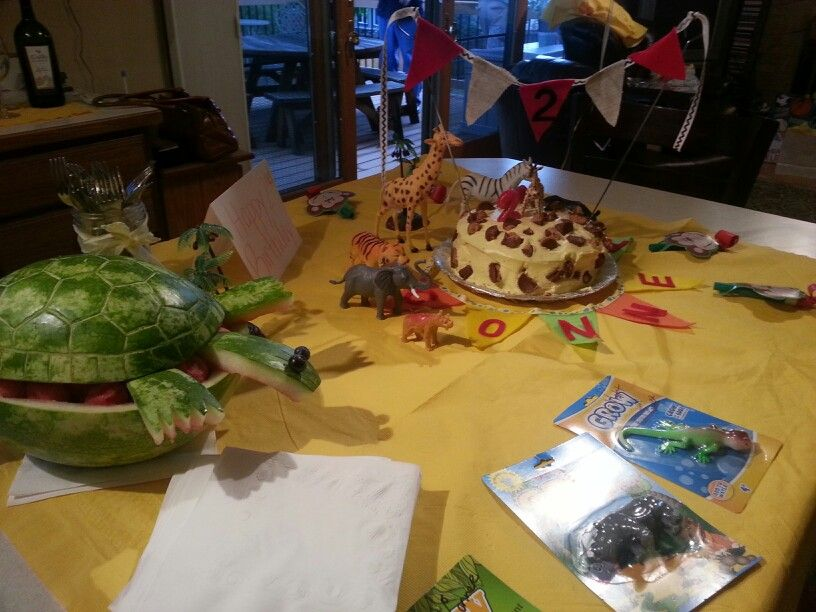 Zoo theme birthday party turned out so cute Easy giraffe cake
