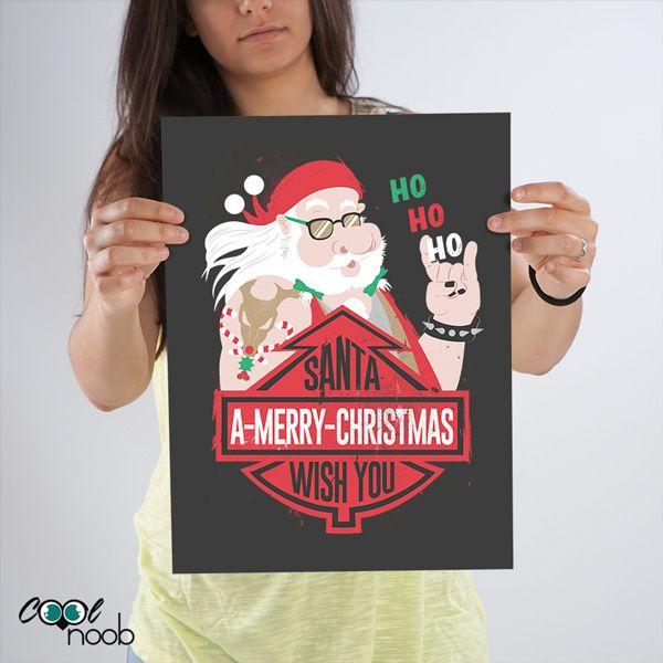 Santa Claus motero, con su tatuaje de Rudolph macabro y montando su Harley, os desea Feliz Navidad.Genial para regalar a algún amigo o familiar amante de las motos, rockero, metalero y aventurero en general.Porque también tienen su corazoncito... ¡pero en plan duro! :P
