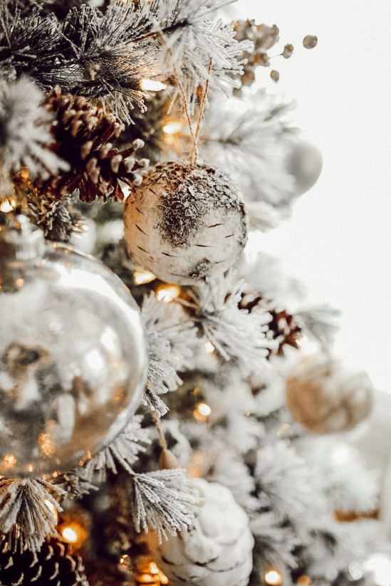 Sapin De Noel En Blanc Decorer Notre Premier Arbre De Noel En 2020 Fond D Ecran Telephone Noel Fond De Noel Photo Noel