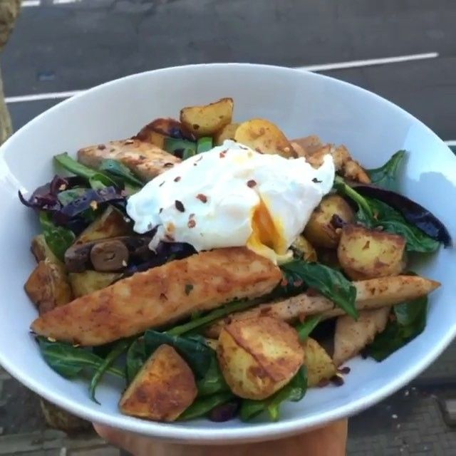 Is this chicken and new potato hash a bit of you for dinner tonight?  Tag a mate who might like this one  INGREDIENTS:  New potatoes  @lucybeecoconut  Chicken breast  Mushrooms  Mange tout  Red cabbage  Poached egg  Smoked paprika  Fresh spinach  Spring onion  Crushed chilli  #leanin15 #fitfam #food #foodie #nutrition #food #health #fit #fitness #nutrition #foodporn #motivationmonday #healthy