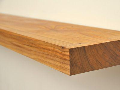 Detail van de massief houten iepen boekenplank leefjeruimte