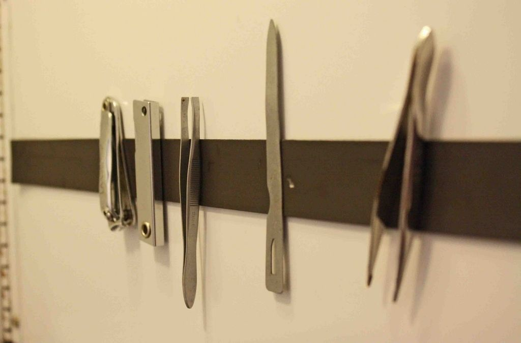 Pon una tira magn tica en tu gabinete del ba o para que for Gabinete de almacenamiento de bano barato