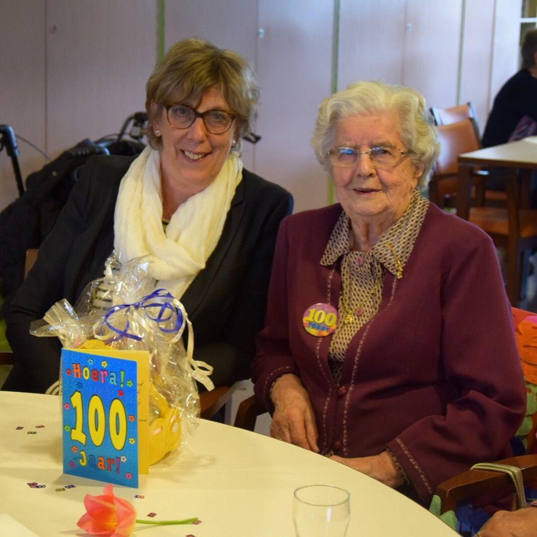 Mevrouw G.F. Kannekens vierde op 7 april haar 100ste verjaardag. Daar horen de felicitaties van onze burgemeester bij. Proficiat!