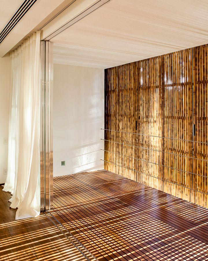 Paneles m viles utilizados para la fachada exterior de una vivienda de playa cerca de s o paulo - Persianas bambu exterior ...