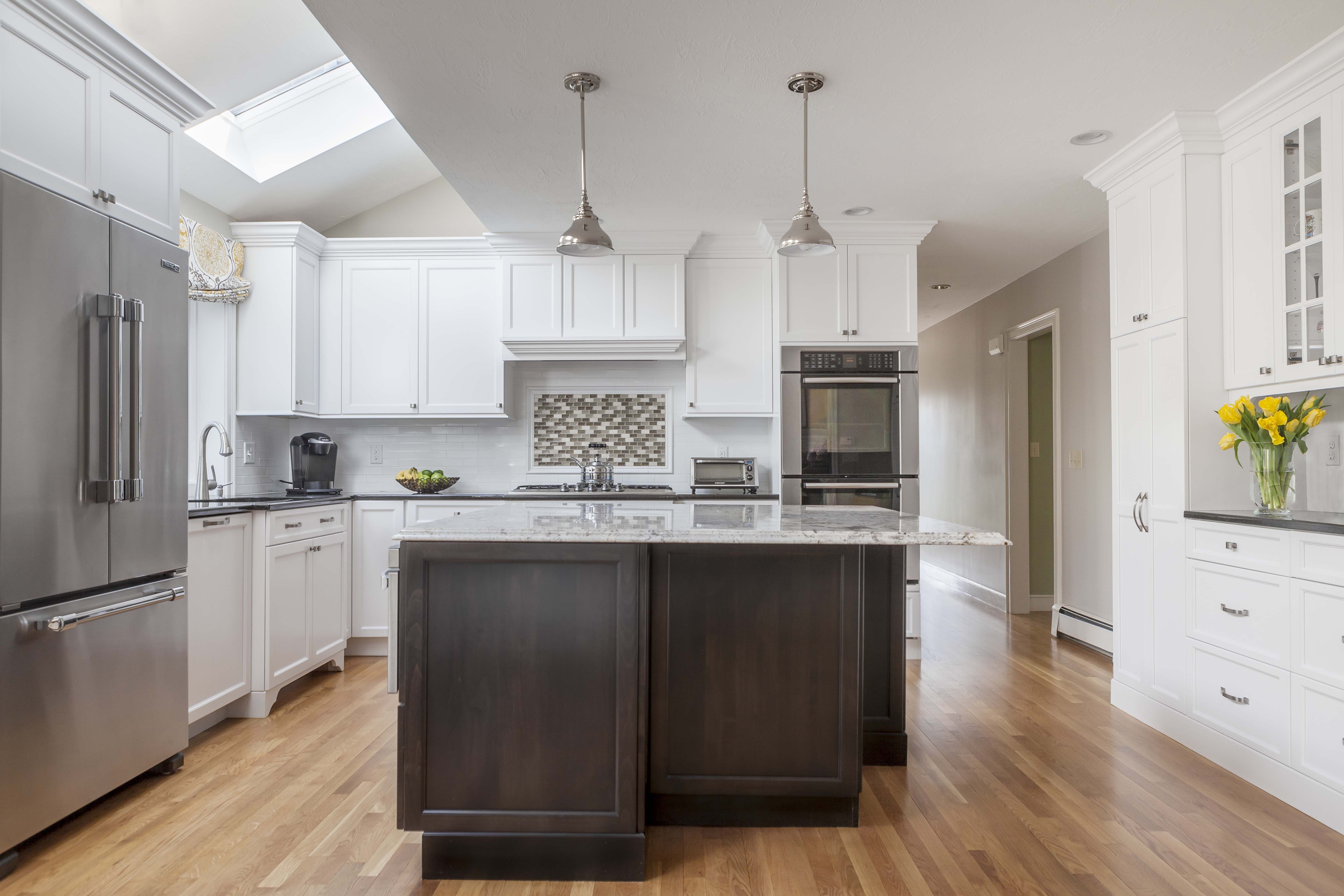 Cover Winslow Paint Grade Door In Snowdrift The Cabinetry Ma Photographer Daniela Gonca White Kitchen Design Kitchen Renovation Kitchen And Bath Design