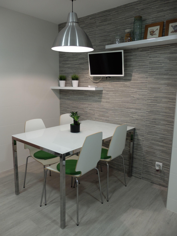 Reforma de cocina en blanco y gris en barcelona por - Accesible reformas ...