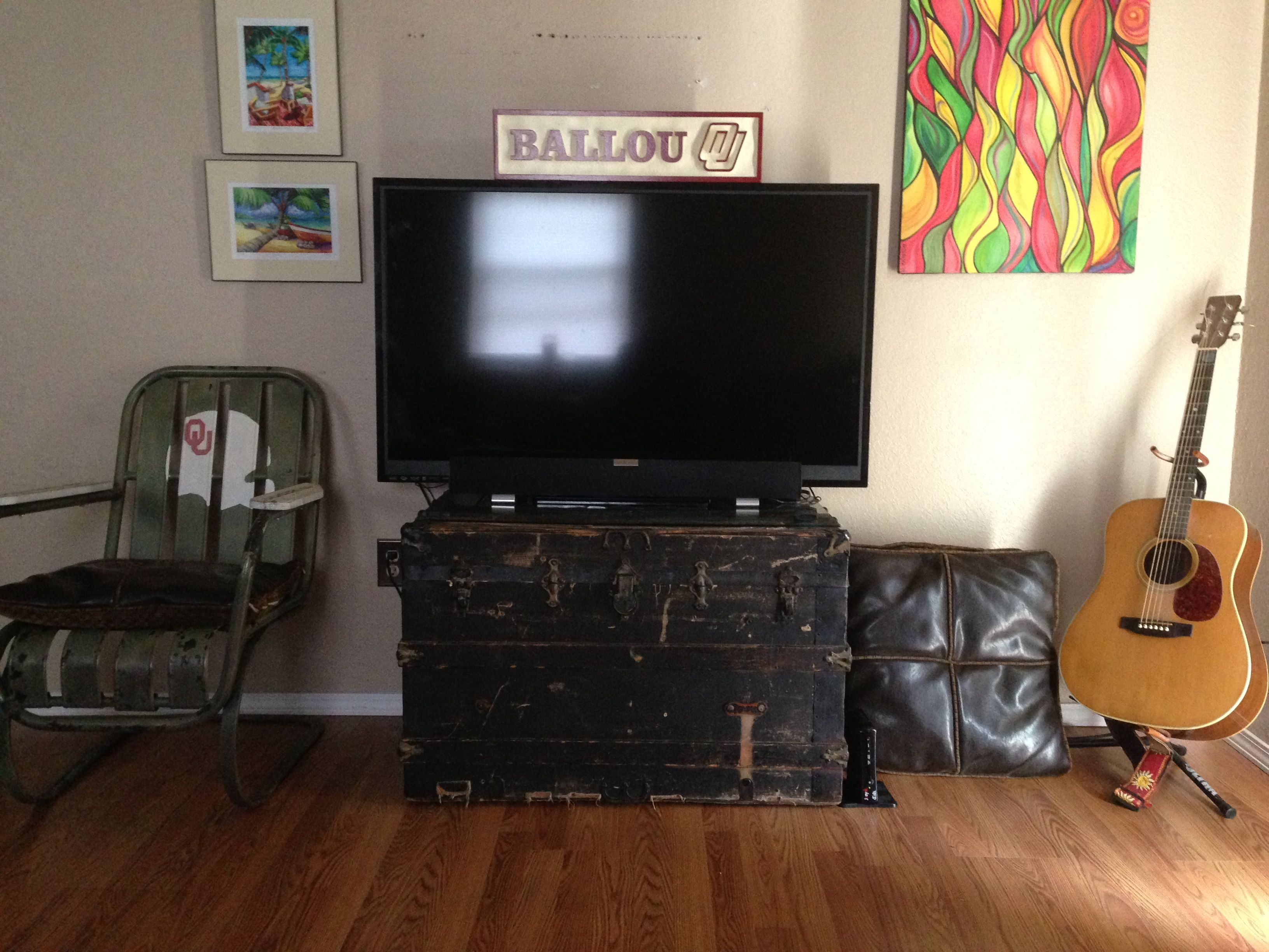 Vintage Trunk As Tv Stand Men Do Shit Like This Mantastic Vintage Trunks Tv Stand Bachelor Pad