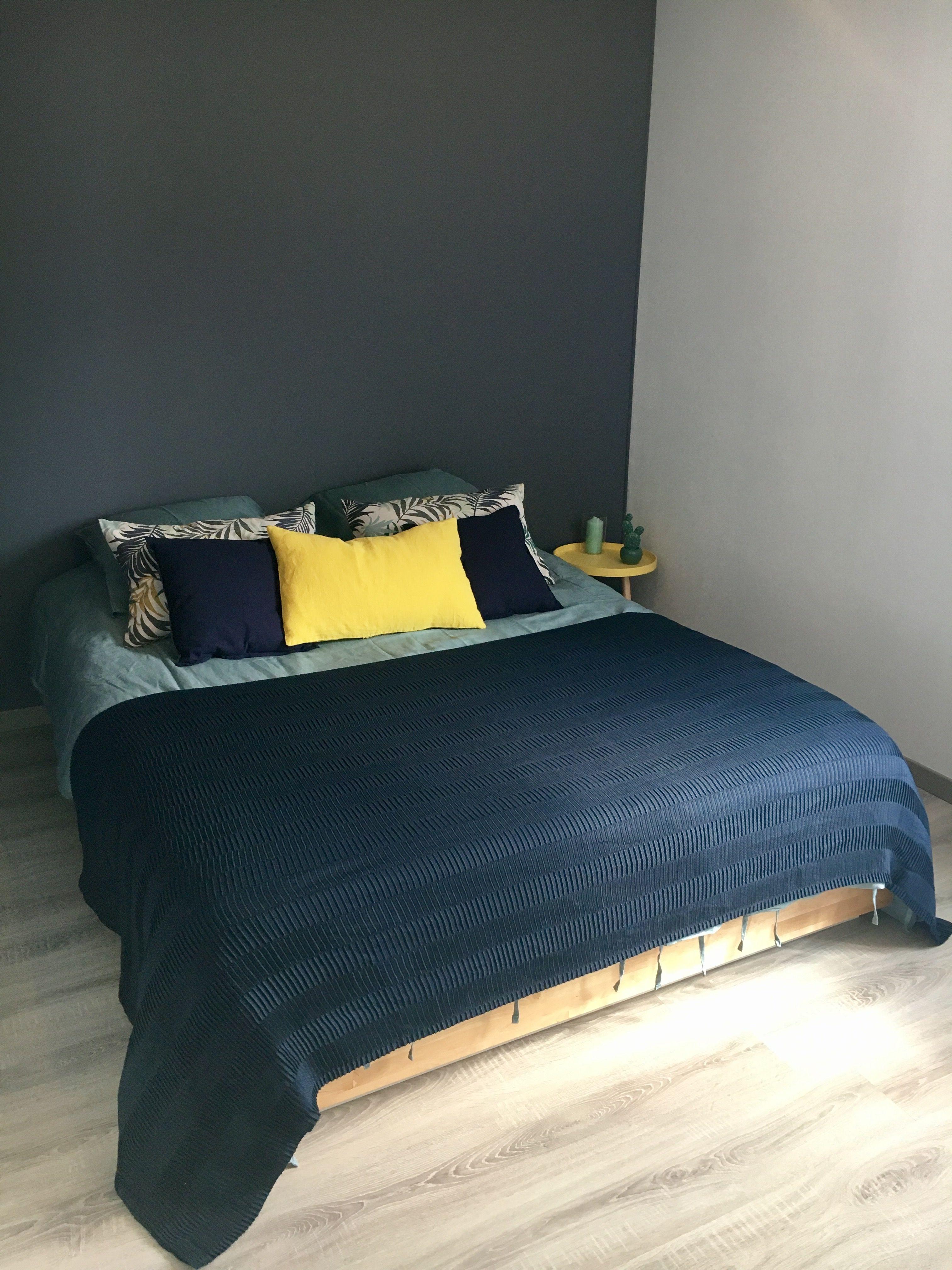 chambre adulte gris galet jaune bleu chambre chambre chambre adulte et deco chambre. Black Bedroom Furniture Sets. Home Design Ideas