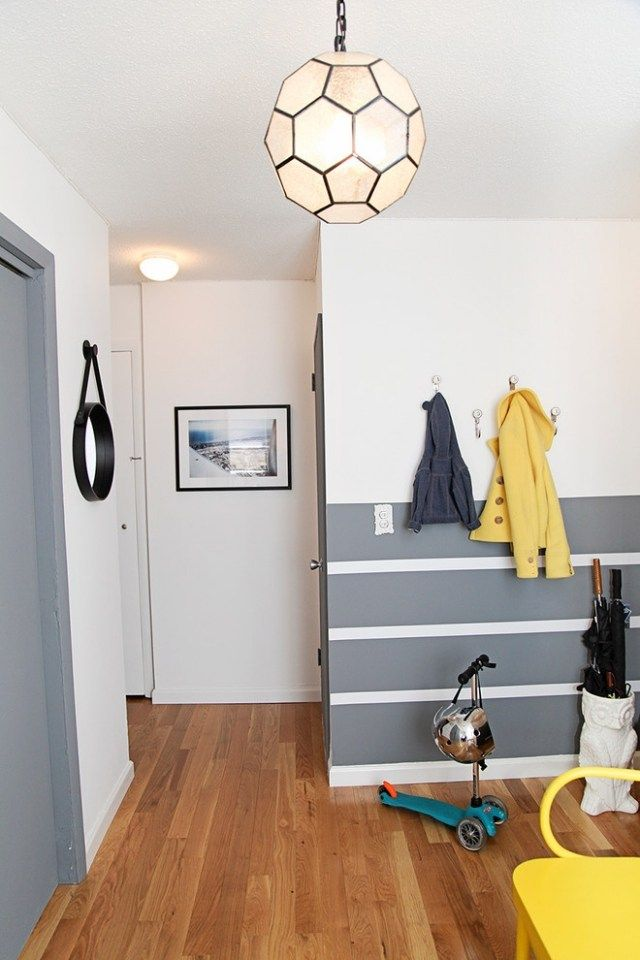 ideen für wand-streifen-querstreifen im flur-gelbe akzentmöbel ... - Wandgestaltung Wohnzimmer Grau Streifen