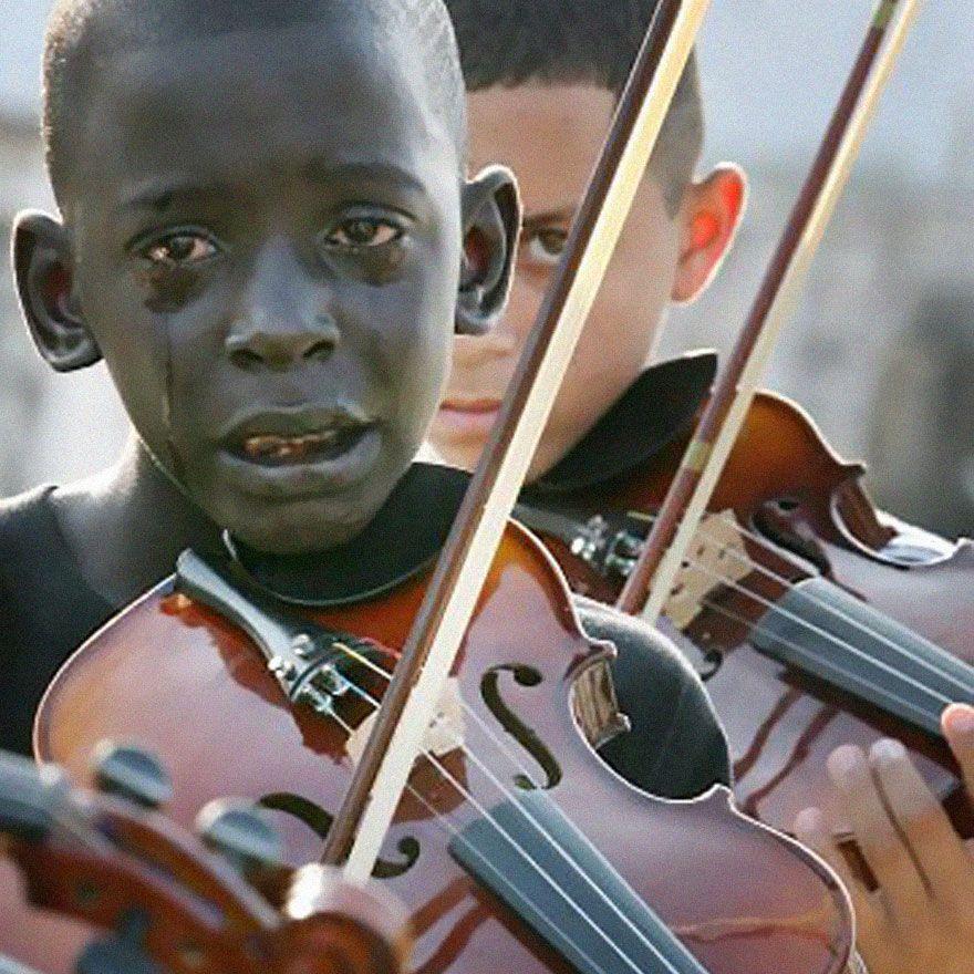 Diego Frazão Torquato, menino brasileiro de 12 anos tocando violino no funeral de seu professor que o ajudou a escapar da pobreza e violência através da música.   - As 30 imagens mais impactantes de todos os tempos