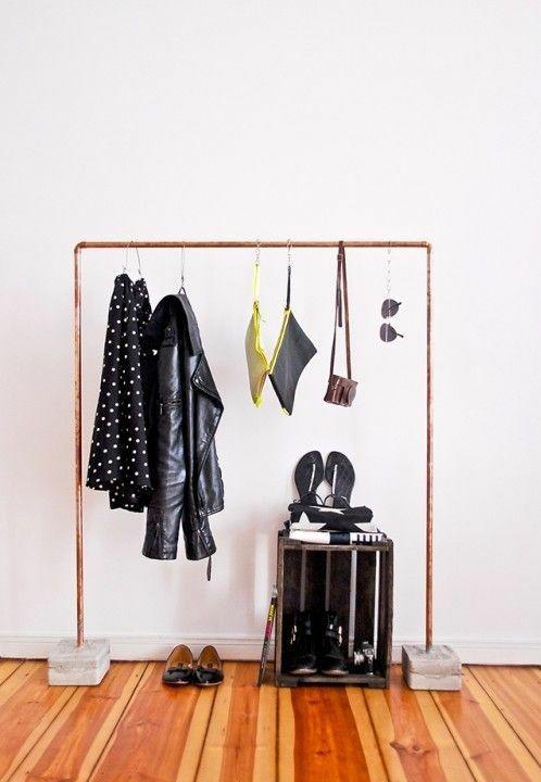 garderobenst nder diy kleiderst nder selber bauen recyceln bodenbelag holz hnliche tolle. Black Bedroom Furniture Sets. Home Design Ideas