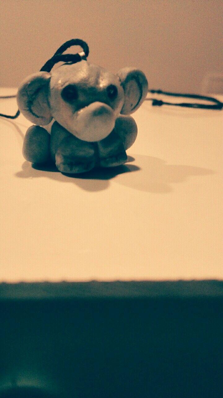 Kleiner grauer Elefantenanhänger aus Fimo soft.