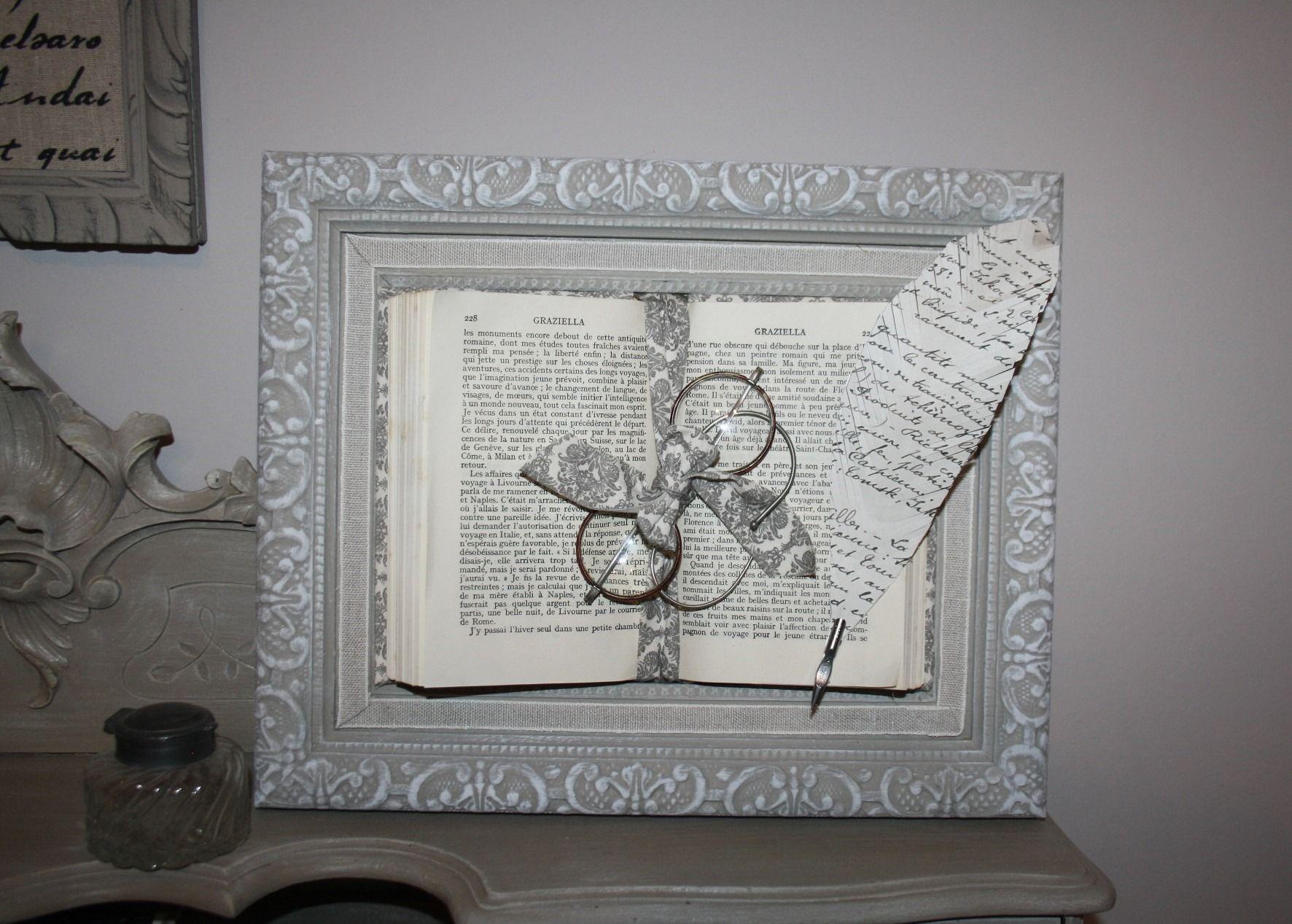 Cadre ancien et son livre ouvert avec b sicles for Cadre pour maison