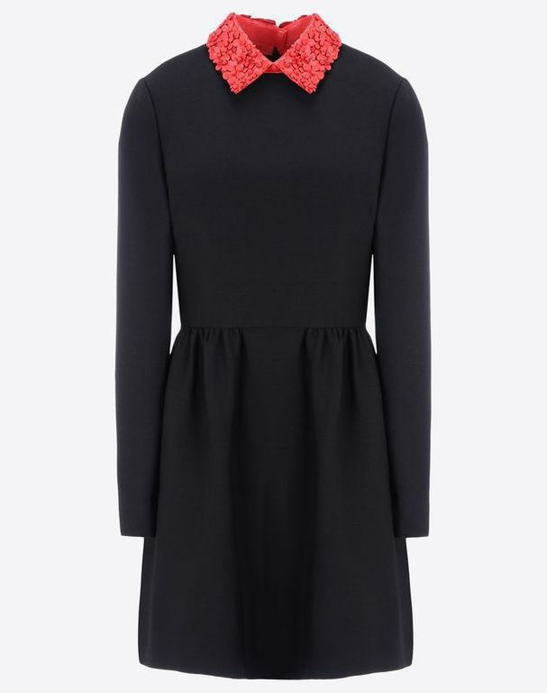 Robe noir a col rouge
