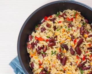 Poêlée de riz multicolore aux poivrons, oignons et haricots rouges