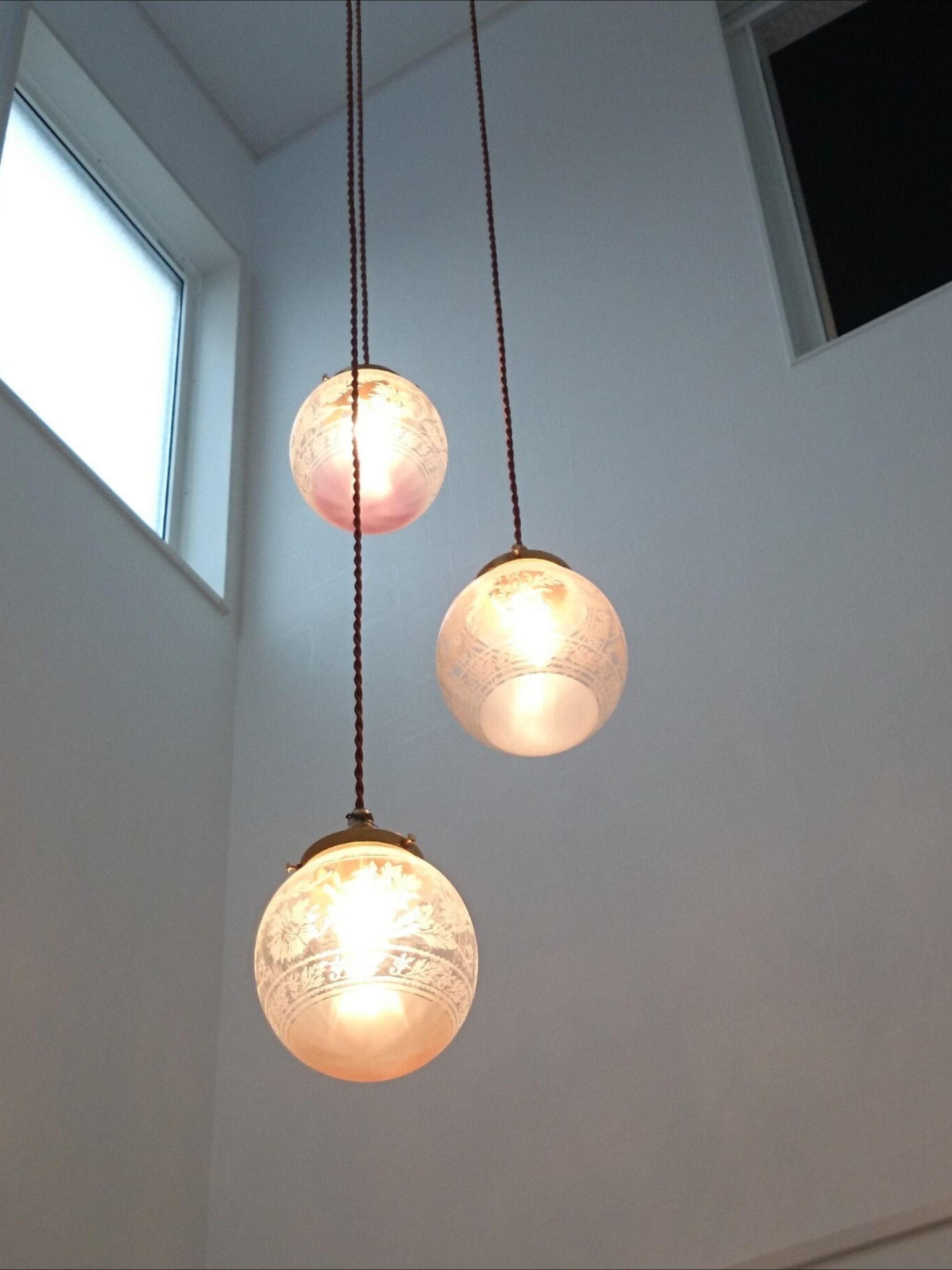 玄関の吹き抜けに3灯吊りのペンダントライト 照明 ペンダントライト ライト