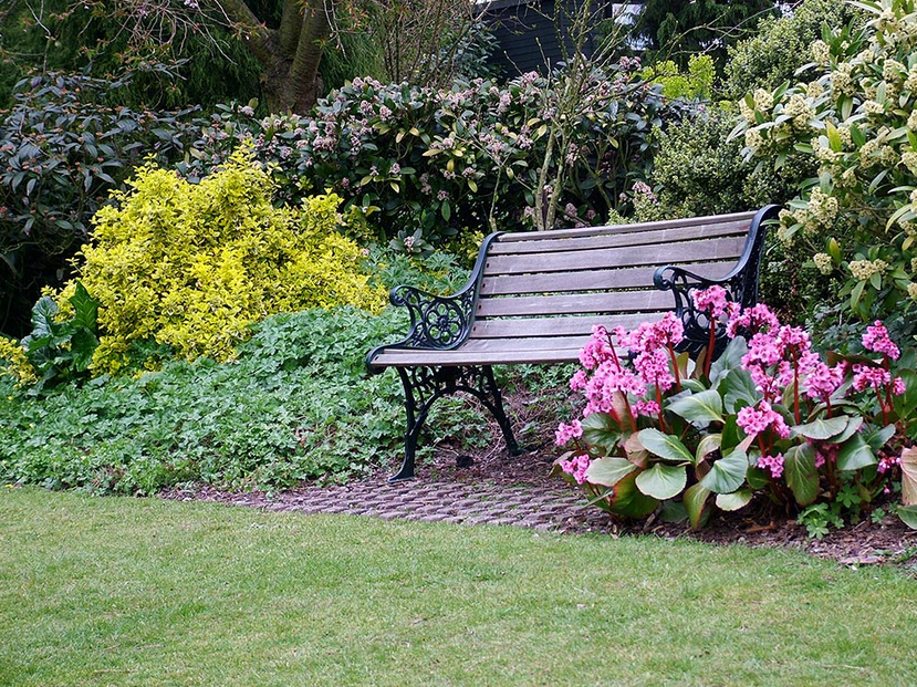 Garten-Dekoration-Blumengarten und Liegestühlen vor kurzem gebaut so es noch schöne Blume Timbuh sieht