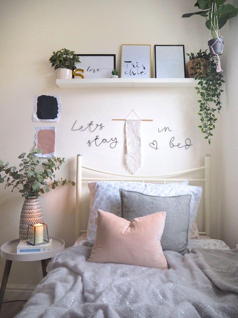 Chambre d'étudiant Scandi gris et rose avec de fausses plantes