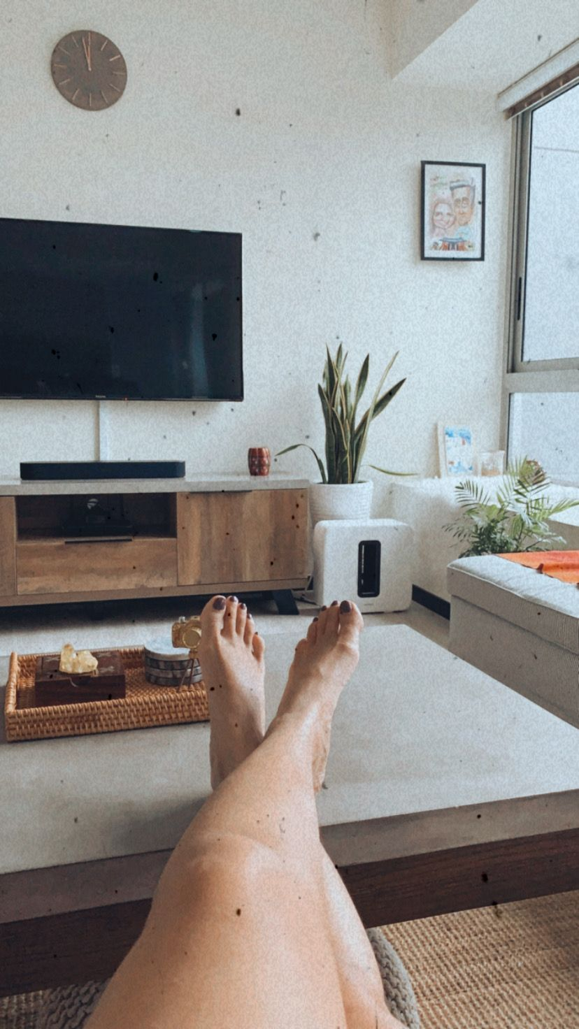 Minimal decor with plants instantly add a good vibe to the space! #goodvibes #minimalist #minimaldecor #bohemian #plants #houseplants #mood #positivethoughts #lifestyle #livingroom #interior #monday