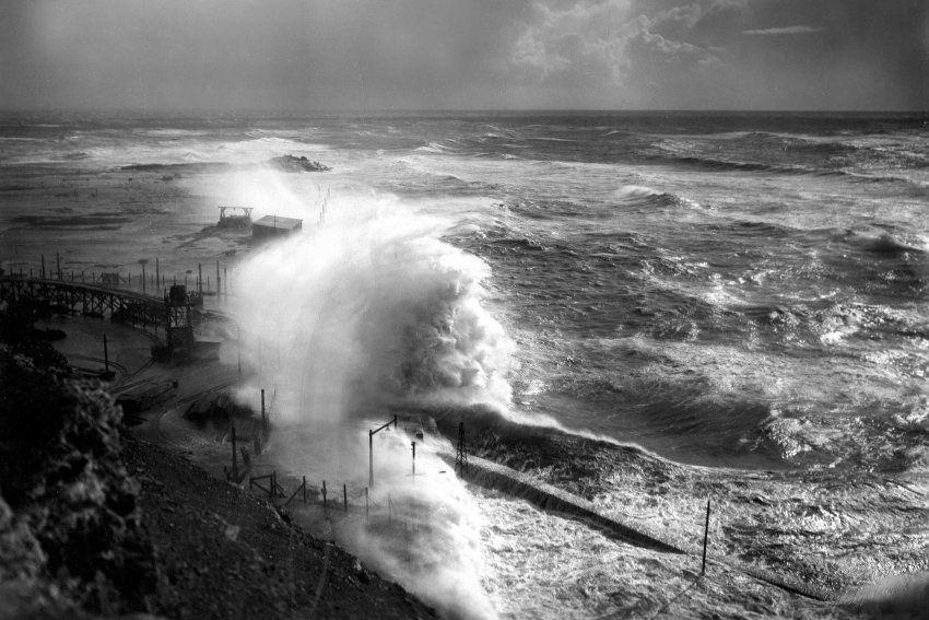 Farnz Schensky:  Brandungswelle bei schwerem Sturm vor der Mole von Helgoland (1933)