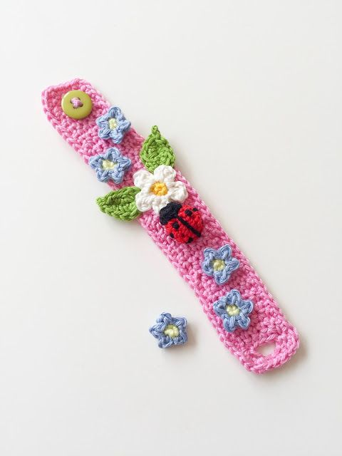 Photo of Anleitung für ein gehäkeltes Armband mit Blumen und Marienkäfern
