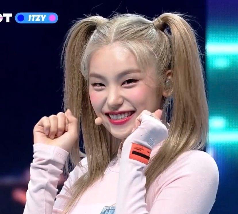 Lovely In 2020 Itzy Kpop Girl Groups Korean Celebrities