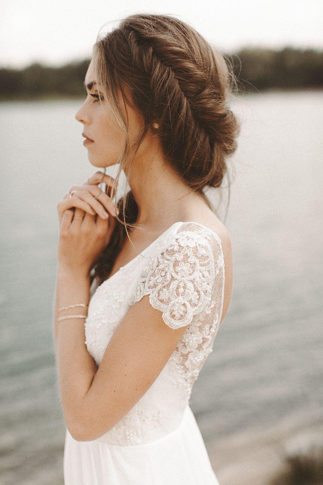Brautkleid Rückenausschnitt Spitzenärmel Brautfrisur Boho Hochzeit Vintage Brautstrauß