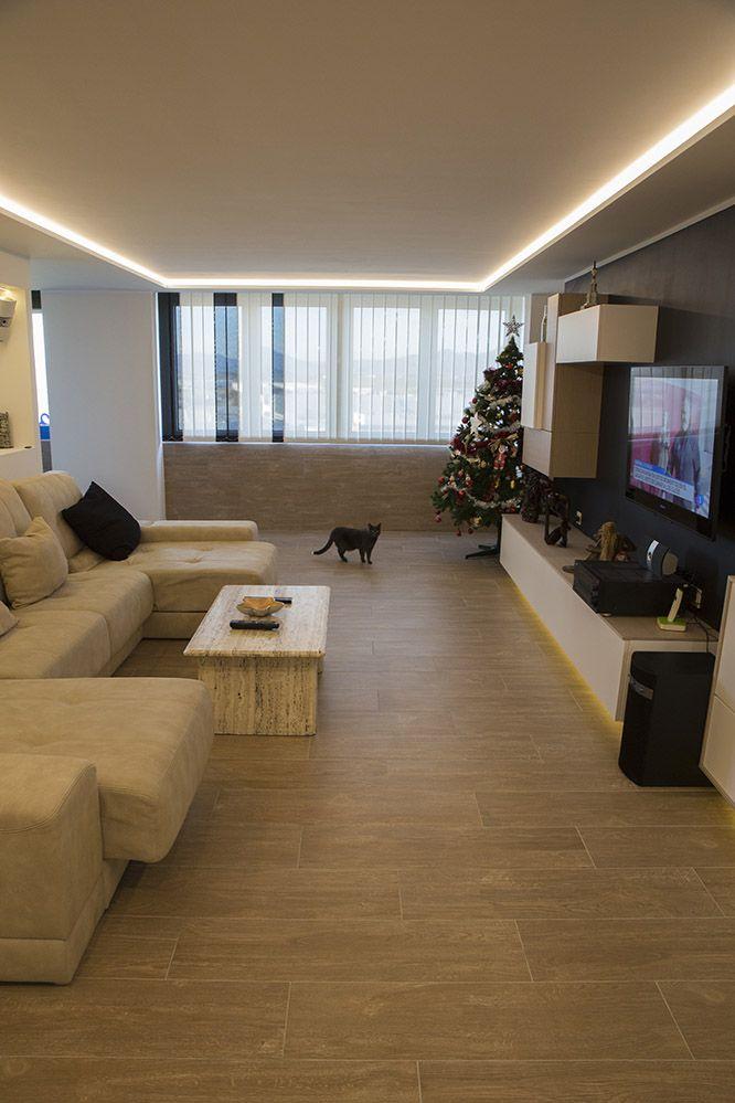 Salon moderno con luz led indirecta en el techo y bajo el