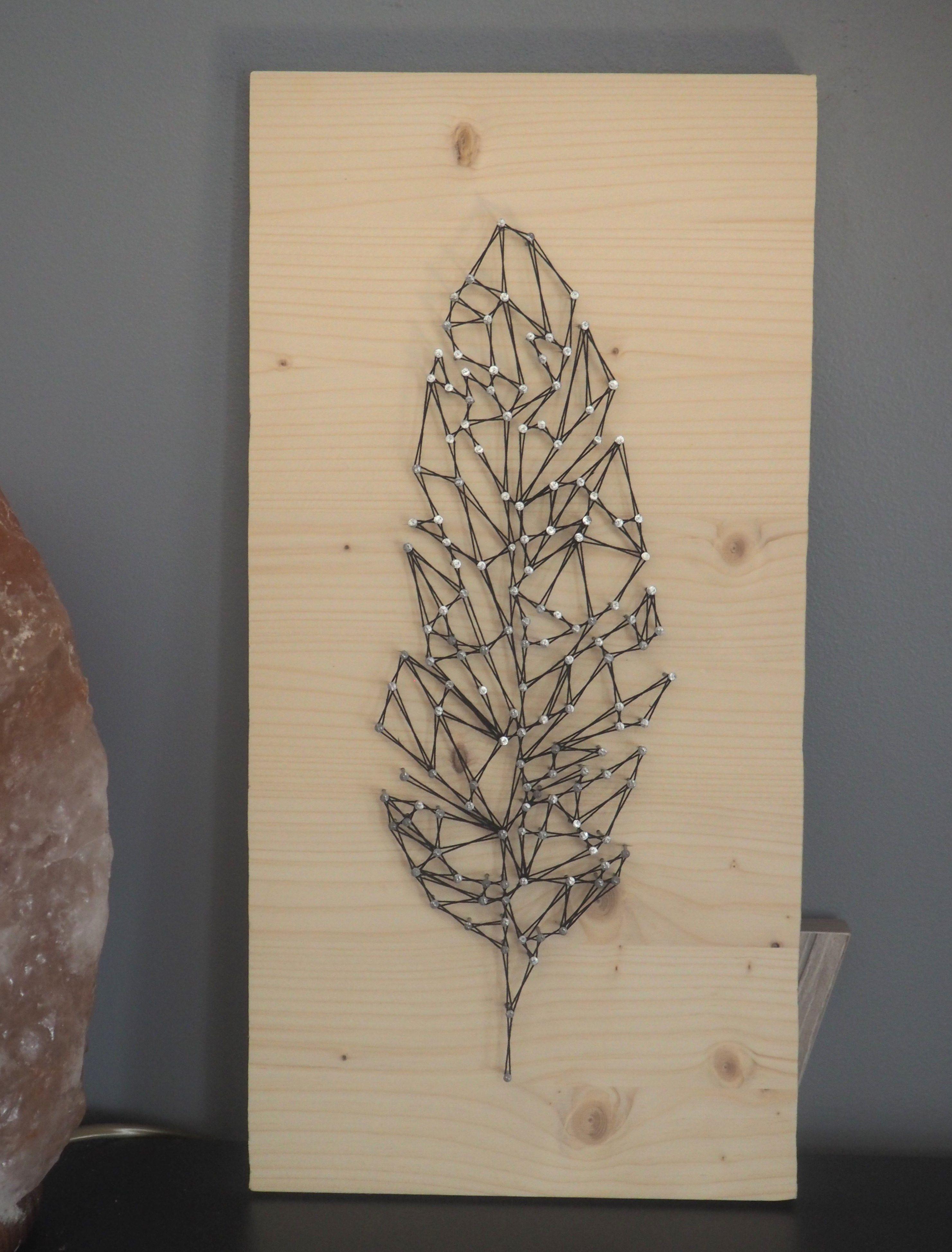 plume g om trique r alis e avec la technique du string art ou encore du fil tendu elle est sur. Black Bedroom Furniture Sets. Home Design Ideas