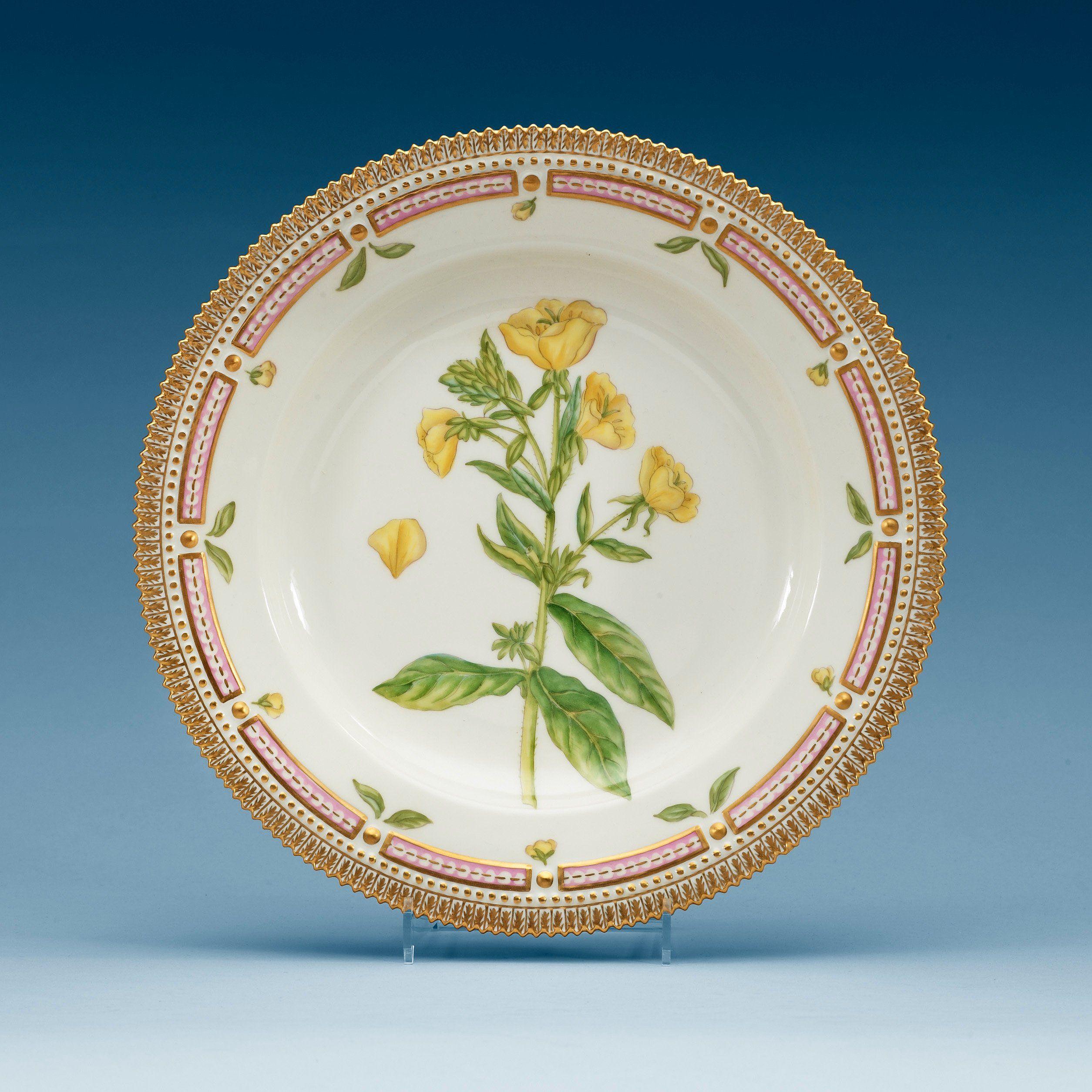 A SET OF 13 ROYAL COPENHAGEN 'FLORA DANICA' DINNER PLATES, DENMARK, 20TH CENTURY.