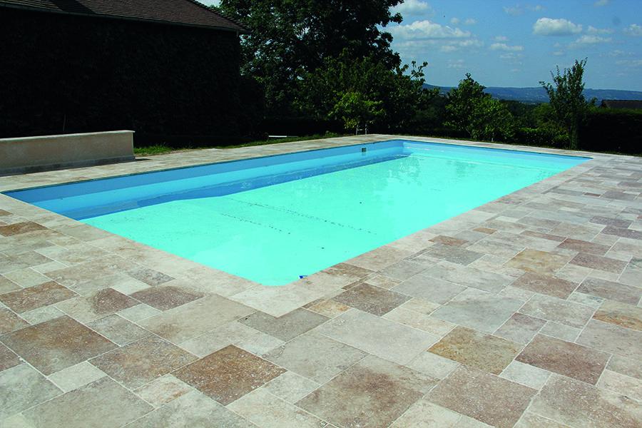 Le Travertin rustic beige opus romain donnera du cachet à votre - photo d amenagement piscine