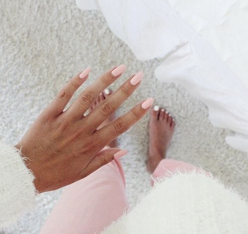 Image via We Heart It https://weheartit.com/entry/146303095/via/476050 #clothes #cozy #fashion #girl #home #inspo #nails #pink #room #tan #lossan