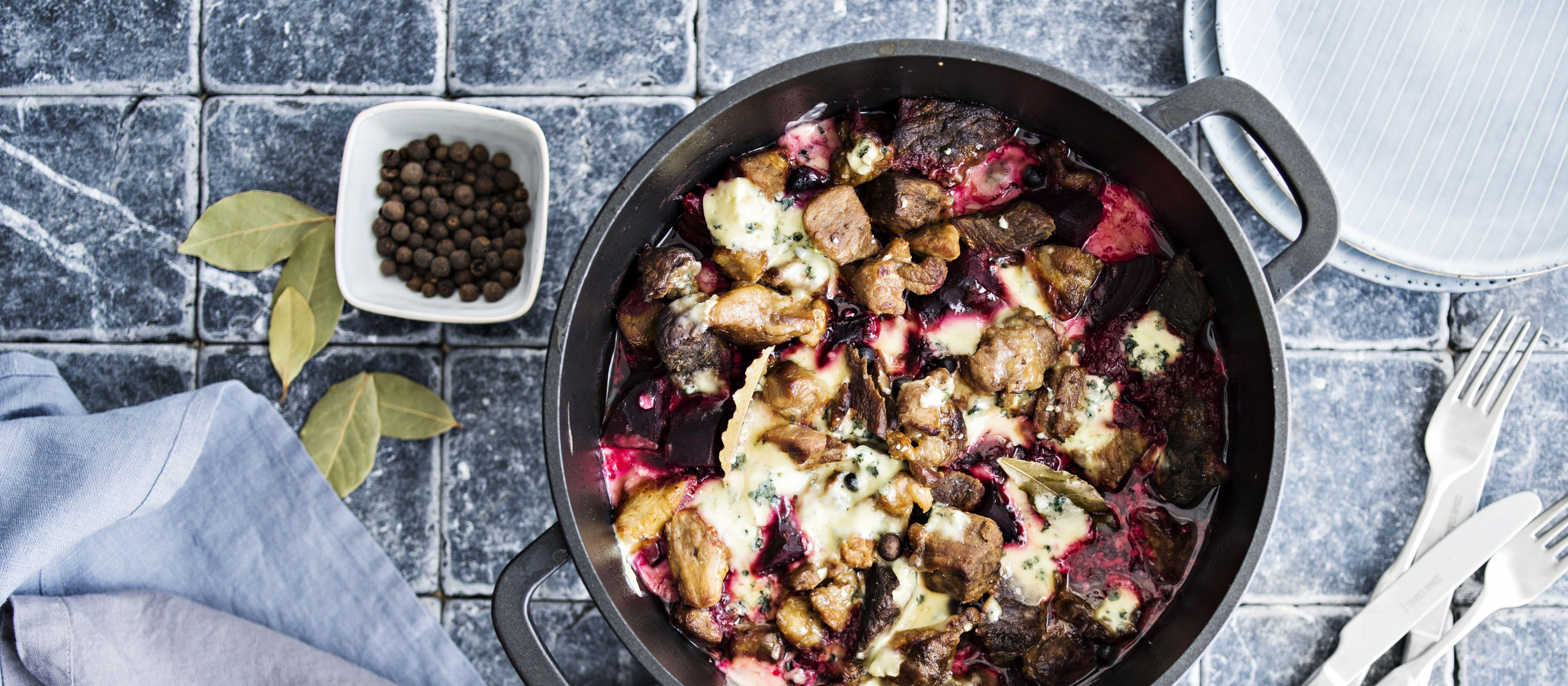 Sinihomejuustoinen punajuuri-lihapata sopii syksyn viileneviin iltoihin. Syö sekä edullisesti että hyvin. N. 2,20€/annos.